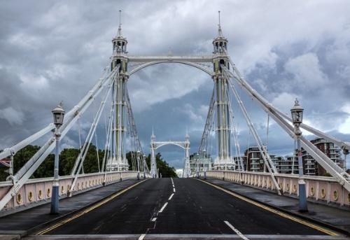 ロックダウンにより、ロンドンの建築的な評価が高いロイヤルアルバートブリッジからも人がいなくなった
