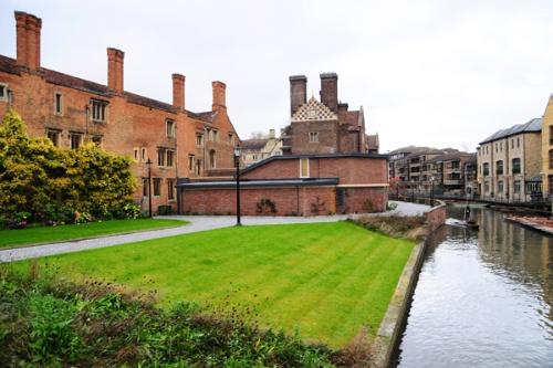 ケンブリッジ大学は、1年以上先まで講義はオンラインで行う方針を発表した