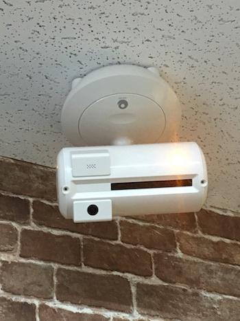 (写真1)アースアイズの自動監視ロボット