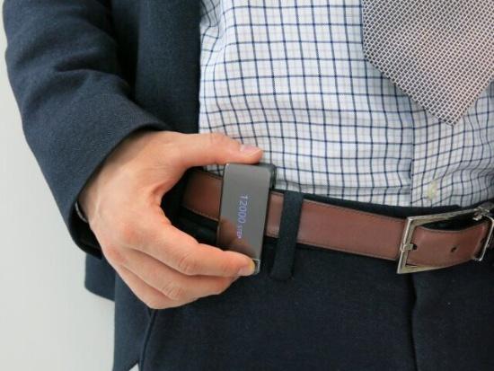 (写真4)ダイキン工業によるベルト装着型のクリップ型デバイス
