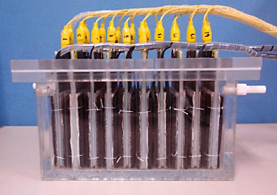 (写真3)実験的に製作された容量約1Lの微生物燃料電池