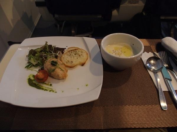 (写真2)ファーストクラスのシートで食べる機内食は前菜から始まる本格的なコース料理