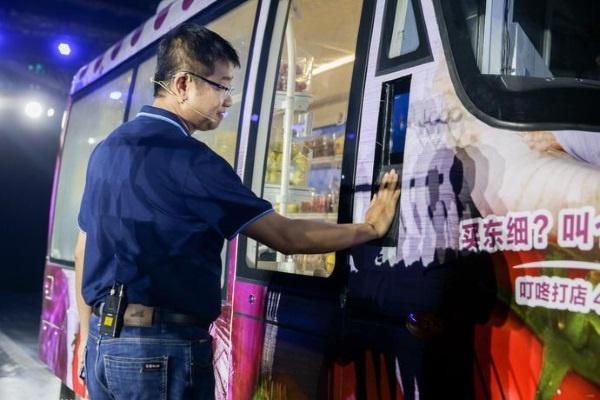 (写真2)手のひら認証の利用が可能な、自動運転で移動する無人店舗コンビニ「Pattaya」(Deepblue Tech及びXinhuaのホームページから引用)