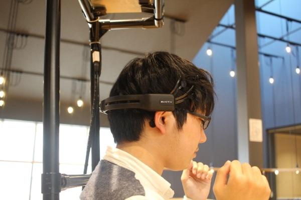 (写真4)金沢工業大学で実験中の脳波による生体認証(金沢工業大学のWebページより引用)