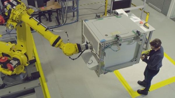 (写真2)重いものをロボットに持ってもらい細かい作業を人間が行う