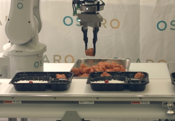 (写真3)Osarogが開発したロボット制御ソフトウェアでは、積み上げられた唐揚げを1つずつ掴んで弁当箱に入れる作業も可能