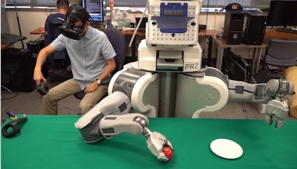 (写真4)VRを付けたオペレーターがロボットをティーチング