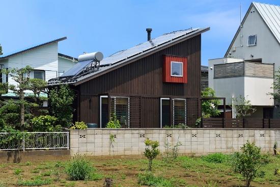 えねこや第1号として空き家をリノベーションしたアトリエ六曜舎の事務所。太陽光発電パネルと太陽熱温水器を載せるために、切妻屋根を切って片流れに変更した(写真:大槻 茂)