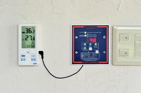 太陽光発電の電力がバッテリーにどのくらい蓄電されているかを示すモニター。赤で表示された数字がパーセンテージで、この写真のときは98%。これが100%になると、発電した電力が直接電気製品に流れ、必要量のみを発電する(写真:大槻 茂)