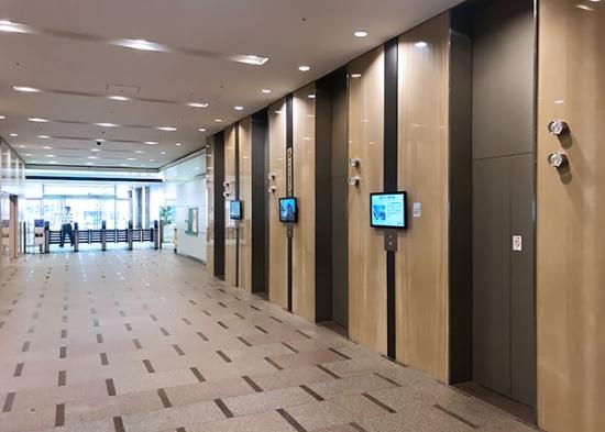 東京エレビGO。エレベーターホールのサイネージを通じて情報を配信している