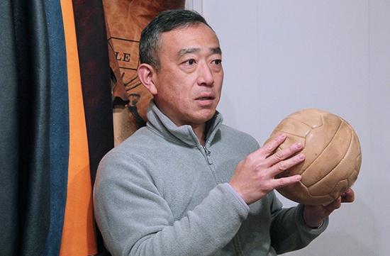 山口産業株式会社代表・山口明宏さん。工場2階にある展示室の商品サンプル前で(写真撮影:中島有里子)
