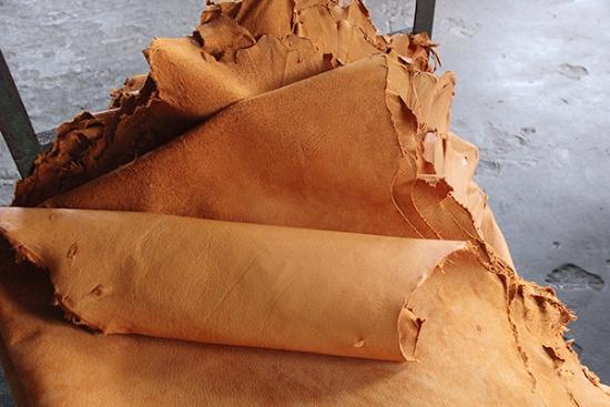 なめし・染色・乾燥を終えたラセッテーレザー。製品基準が非常に厳しいヨーロッパの某有名ブランドからのオーダー品(写真撮影:中島有里子)