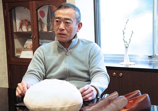 モンゴル産の子ヤギの革で作られたPR用のラグビーボール。柔らかな色合いと手触りは、ずっと触っていたくなる心地よさ。右は100%国産皮革の試作品の靴(写真撮影:中島有里子)