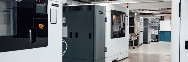 (写真1)3Dプリンターを使って部品を製造するメルセデスベンツの工場(メルセデスベンツのホームページより引用)