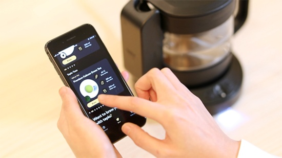 teploティーポットはスマートフォンのアプリを通じて設定変更が可能。飲み手の好みを反映できるようになっている(画像提供:LOAD&ROAD)