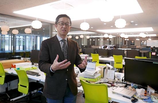 RaaSの設計ルームで戦略について語る東京大学の黒田忠広教授。東大 システムデザイン研究センター(d.lab)のセンター長と、先端システム技術研究組合(以下RaaS)の理事長を兼務する。自らも東芝、米カリフォルニア大学バークレー校で最先端の半導体デバイス開発や設計技術の開発を進めてきた(写真:高山和良)