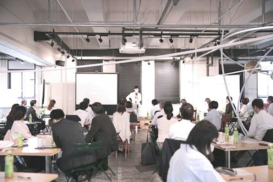 2020年10月に開催された、白秋共同研究所第1回の研究会のワンシーン。石川善樹氏(写真中央)によるレクチャーの様子(写真提供:白秋共同研究所)