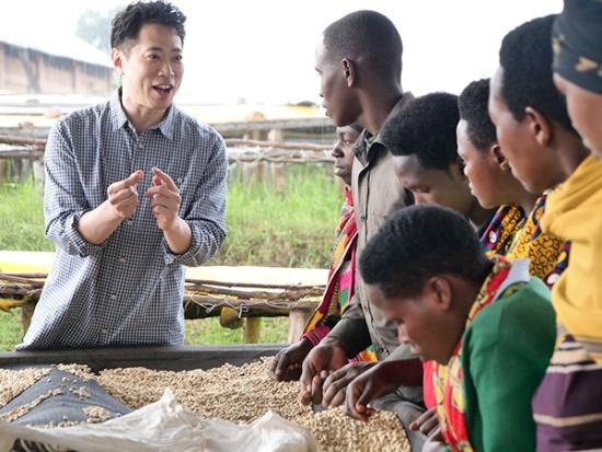 ルワンダ・カリシンビで生産者と語る加藤さん(写真提供:ストーリーライン)