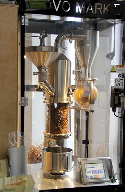 デカフェ加工後の豆の特性にあった熱風式焙煎機を導入し、独自のパラメーターで焙煎している(写真撮影:中島有里子)