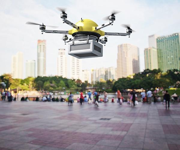 間近に迫るドローンが飛び交う社会 見えてきた配送や測量での活用