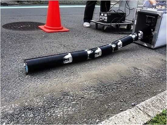 (写真4)タウ技研が開発したワーム型探索ロボット
