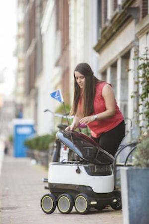 (写真4)ドミノ・ピザの宅配サービスで使用されるStarship Technologies の宅配ロボット