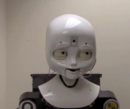 (写真1)Octaviaは眉毛を動かしたり目を細めたりすることで、さまざまな表情を作ることができる