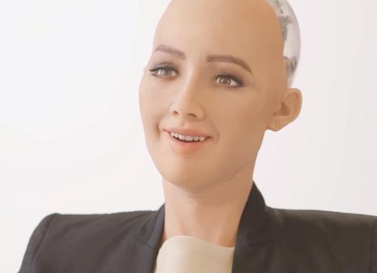 (写真3)Sophiaは顔の表情だけを見ればまるで人間と会話しているように見える