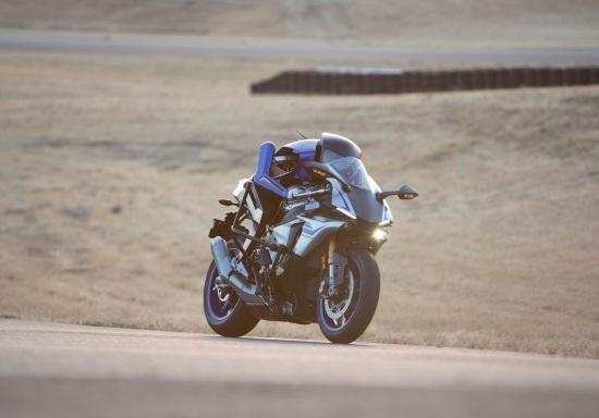 (写真1)最高時速200kmでサーキットを走行する人間型自律ライディングロボット「MOTOBOT」