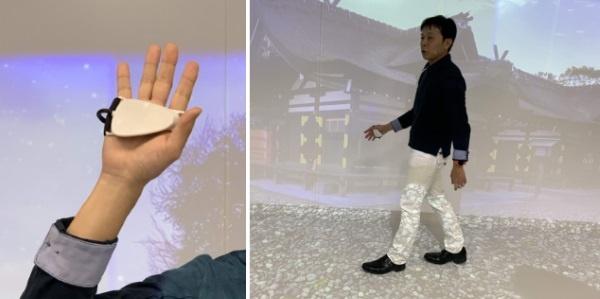 (写真1)手のひらに触覚を刺激するデバイス(左)を握って足の動きに音を連動させれば、さまざまな錯覚を与えられる