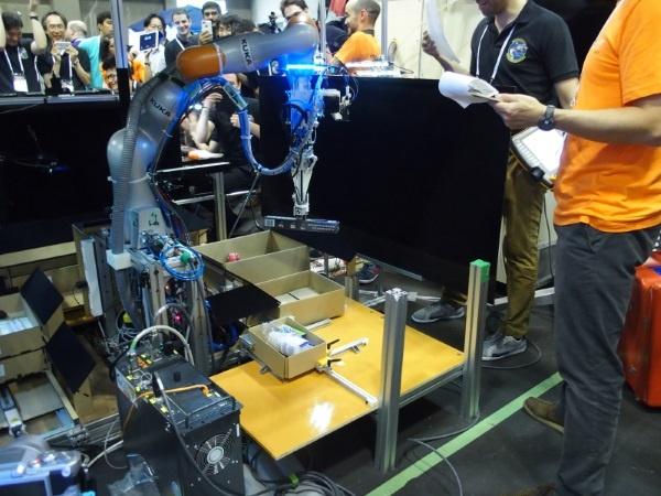 (写真1)2017年に名古屋で開催されたARCで日本から唯一決勝ラウンドに残ったNAIST-Panasonicチームのロボット