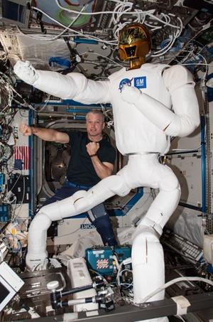 (写真1)NASAとGMが共同開発した宇宙用ヒューマノイドロボット「ロボノート2」はアームを最大2m/sで動かし18k程度の物体が持てる(NASAのホームページより引用)