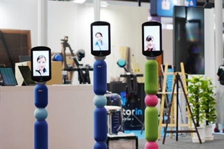(写真2)アバターインのサービスで利用されるアバターロボット「newme」は、高さが150センチ、130センチ、100センチの3つのサイズが提供される