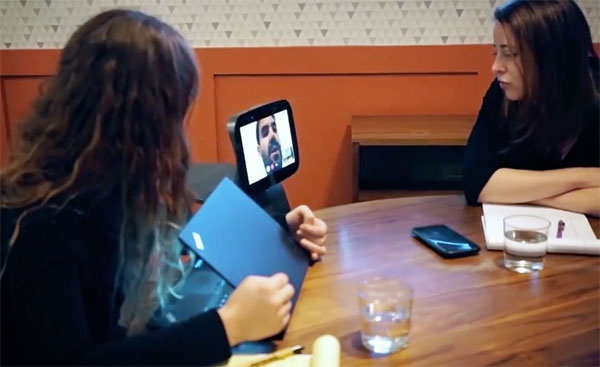 (写真6)アバターロボットで遠隔からミーティングなどにも参加できる(temi USA inc.のプロモーションビデオより抜粋)