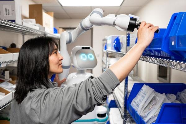 (写真2)Moxiは看護師から動作を直接教わることでさまざまなタスクに対応する(写真提供:Deligent Robotics)
