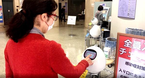 (写真5)岡山中央病院でスクリーニングを行うロボットにはMJIの「タピア」が採用され、サービス開発にはシャンティが関わった(シャンティのホームページより引用)