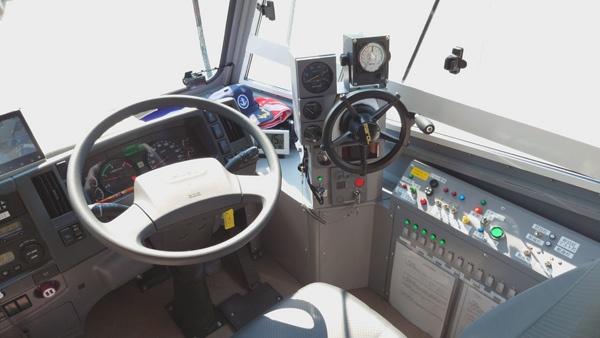 (写真5)自動車の操作系と船舶の操作系が並んだ水陸両用バスの運転席(撮影:元田光一)