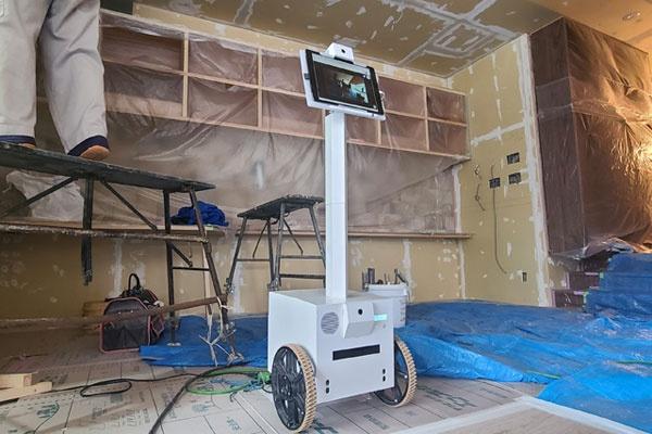 (写真1)現場監督の仕事をテレワーク化するアバターロボット(ログビルドのホームページより引用)