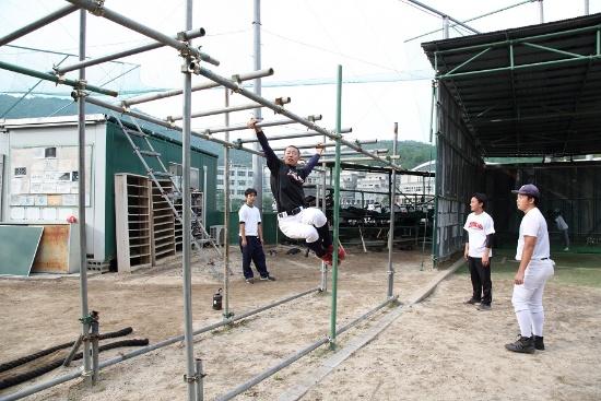 部員が手作りした雲梯。肩の可動域を広げる練習になるという