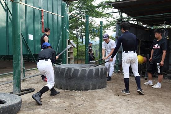 タイヤをハンマーでたたく練習は、打撃の強化にもつながる。全身が正しく使えているといい音が出る
