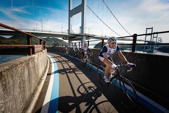 しまなみ海道サイクリングロード。推奨ルートにはブルーラインが引かれている(写真提供:愛媛県)