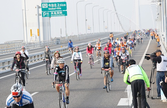 高速道路を開放して行われた「サイクリングしまなみ2014」(写真提供:愛媛県)
