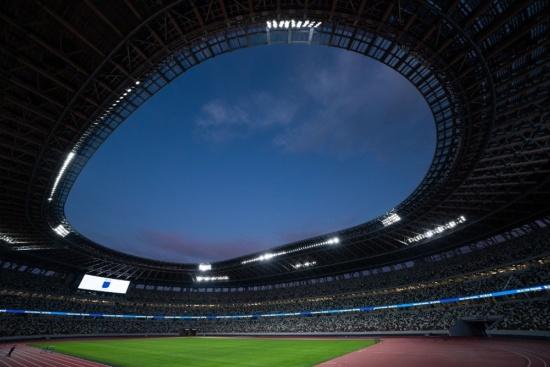 国立競技場の屋根に取り付けられたLED照明(写真:吉成大輔)