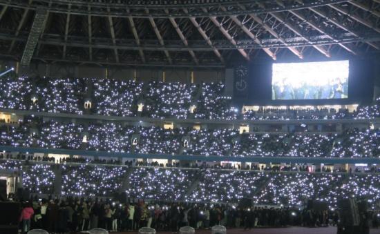 2019年12月に行われた国立競技場オープニングイベントのフィナーレでは、照明が消された暗闇の中、観客のスマートフォンのフラッシュライトだけが光る演出で盛り上げた(写真:栗田洋子)