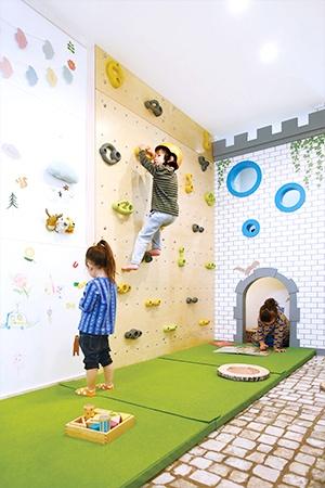 パナソニック ホームズが提案する遊び空間の施工例。子どもたちの健やかな成長を育む提案は、「住まいは人間形成の場」という創業者、松下幸之助の理念の延長線上にあるという(写真提供:パナソニック ホームズ)