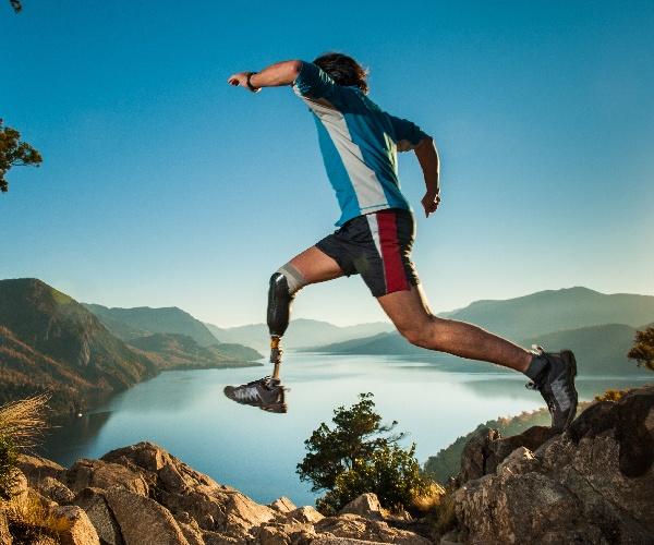 ハイテク義肢で日常生活の課題を競う 新競技「サイバスロン」