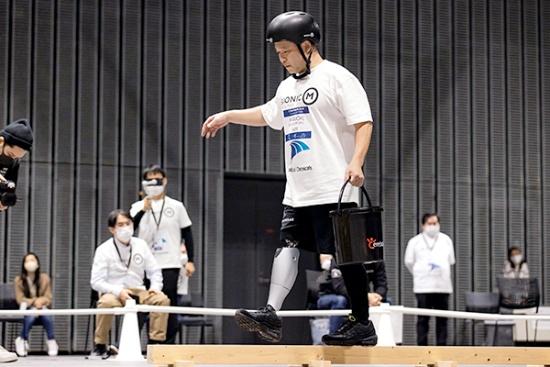 片足でバランスを取りながら進む一本橋も、義足ユーザーには難しい動作だ。樋口氏は板を購入し、自宅でも練習を積んで本番に臨んだ(写真提供:BionicM ©Takao Ochi/Kanpara Press)