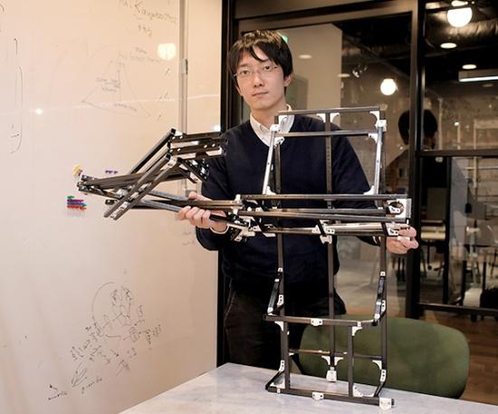 田中一敏氏(写真は開発中のカーボンファイバー製卓球ロボット:田中氏提供)。2017年東京大学大学院情報理工学系研究科博士課程修了。同研究科特任研究員を経て、2019年4月からオムロンサイニックエックス株式会社シニアリサーチャー。現在は、工業用組み立てロボットのAI化などを担当しつつ、業務時間の20%を自由に使える「20%ルール」を使い、スポーツするヒト型ロボットのための設計法、制御法、行動計画について研究している。2018年日本ロボット学会研究奨励賞受賞