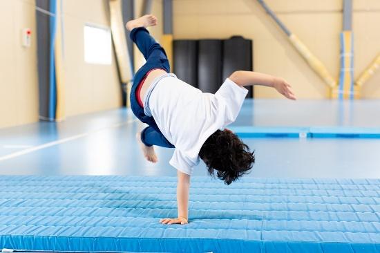 運動プログラムで側転の練習をする子ども。段階を経て、少しずつ「できる」を積み上げていく(写真提供:チェーロスポーツ保育園、以下同)