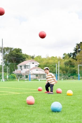 小さいバランスボールは子どもたちのお気に入りだ。なお同園では「ソフトジム」(イタリアのレードラプラスティックが開発、日本での輸入総販売代理店はギムニク)という製品を使っている